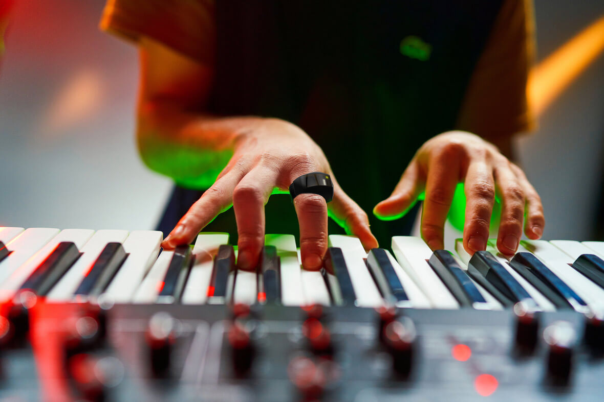 This Wearable MIDI Controller Lets You Modify Sounds With Your Hands